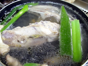 比内地鶏のガラを使ったスープ